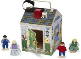 Houten deurbelhuis met sleutels en poppetjes , Melissa & Doug