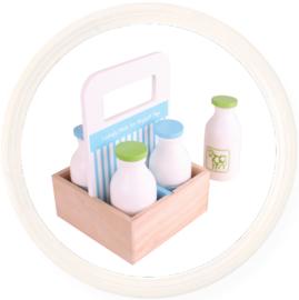 Houten kratje met speelgoed melkflessen