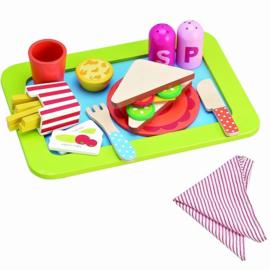 Houten speelgoed eten op dienblad met franse friet
