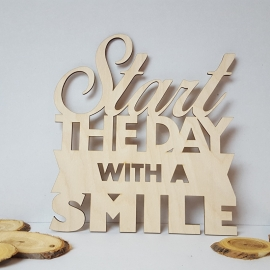 Houten tekst 'Start the day with a smile'