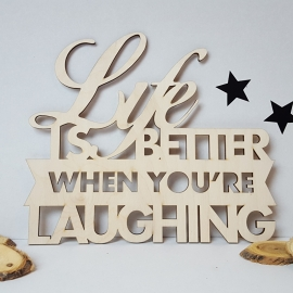 Houten tekst 'Life is better when you're laughing'