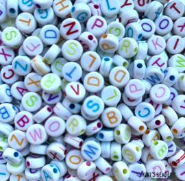 20 gram witte letterkralen met kleuren letters mix plat