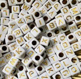 Witte blok letterkralen met gouden letters 20 gram
