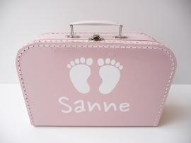 Koffertje met naam en voetjes meisje