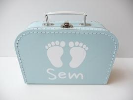 Koffertje met naam en voetjes jongen