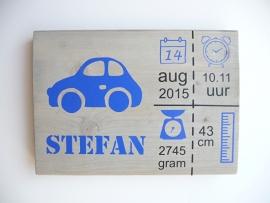 Geboortebord met geboortegegevens symbolen en grote auto
