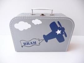Koffertje met naam vliegtuig en wolken