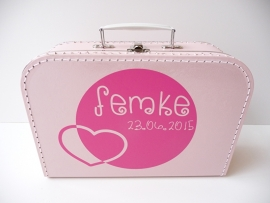 Kraamcadeau koffertje met naam rond en hart
