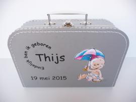 Koffertje met het geboortekaartje kraamkado Thijs