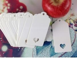 Label wit met boogjes en gestanst hart (3,0 x 5,0 cm/25 stuks)