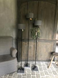 Staande lamp S met ronde buis, van Aura Peeperkorn