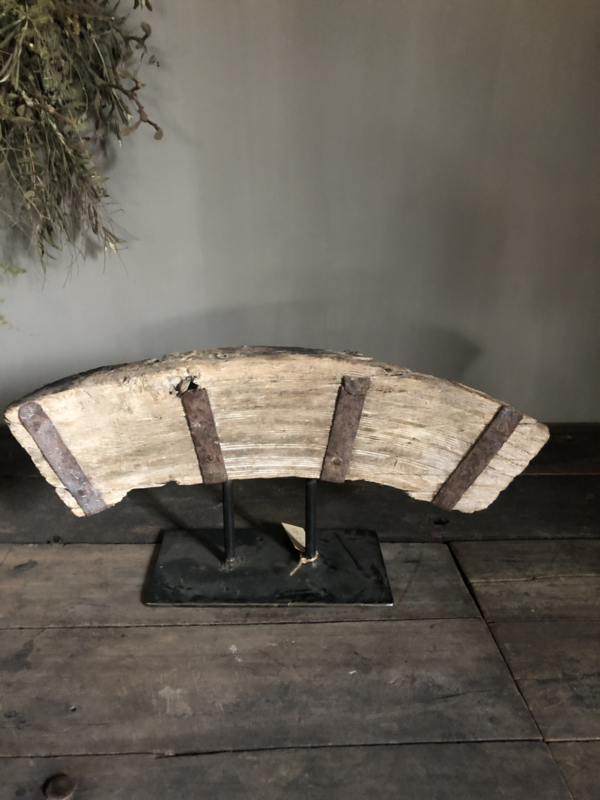 Oud houten ornament op staander