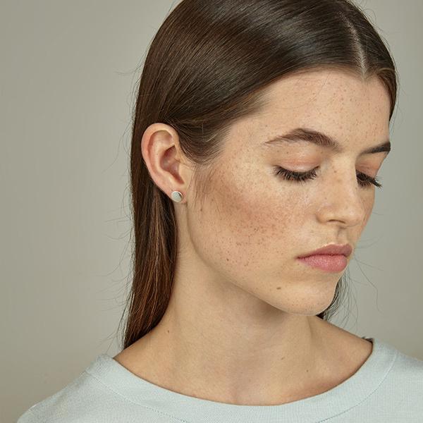 Srta. Bolitas prachtige handgemaakte zilveren oorsteker met een plat rondje