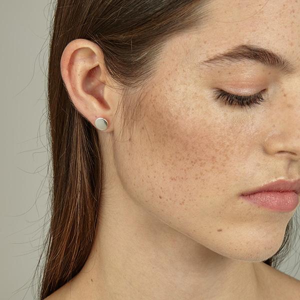 Srta. Bolitas prachtige vergulde oorstekers met een plat  rondje