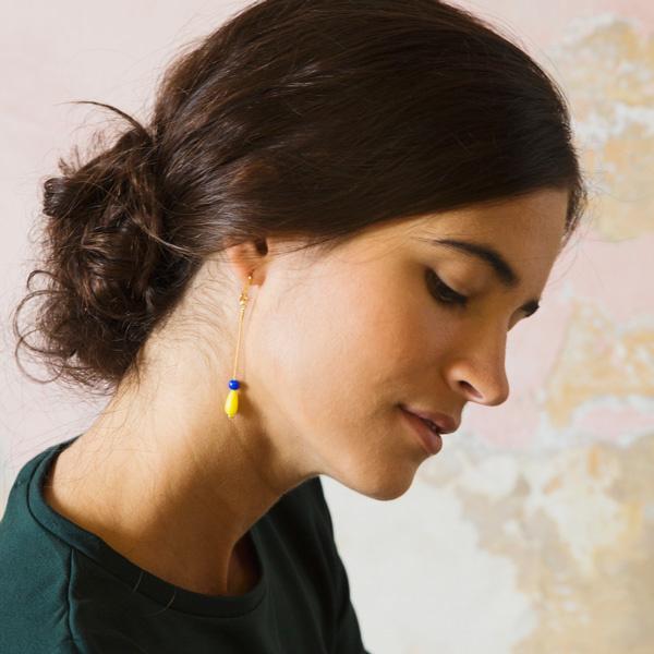 Srta.Bolitas lange oorbellen met blauw en geel steentje
