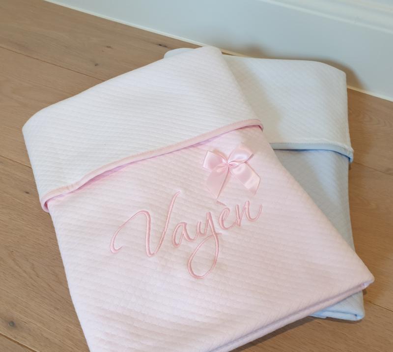 Luxe-deken met geborduurde naam - binnenzijde katoen (wit/roze/blauw)