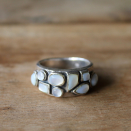 MOTHER OF PEARL 9-STONE RING STERLING ZILVER