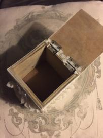 Grijze kast met doosjes