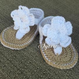Sandaaltjes wit met bloem