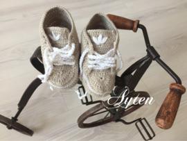 Creme Adidas schoentje