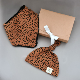 Pom Pom Bib & Knot Hat - gift set - Brick Cheetah