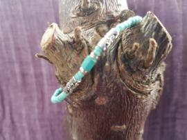 Armband van kleine glaskraaltjes - licht turquoise