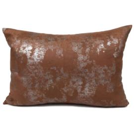 Leatherlook kussen in de kleur cognac met zilver ± 50x70cm
