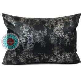 Leatherlook kussen in de kleur zwart met zilver ± 50x70cm