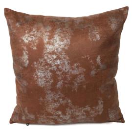 Leatherlook kussen in de kleur cognac met zilver ± 45x45cm
