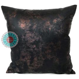 Leatherlook kussen in de kleur zwart met koper ± 45x45cm