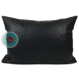 Leatherlook kussen in de kleur zwart ± 50x70cm