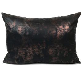 Leatherlook kussen in de kleur zwart met koper ± 50x70cm
