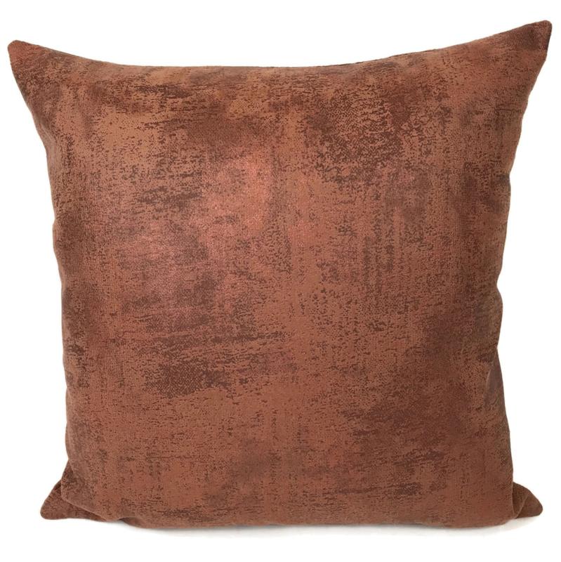 Leatherlook kussen in de kleur cognac met koper ± 45x45cm
