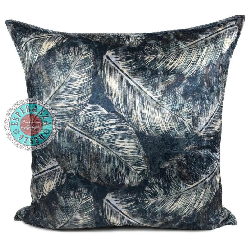 Blauw kussen met mooie verenbladeren print ± 70x70cm