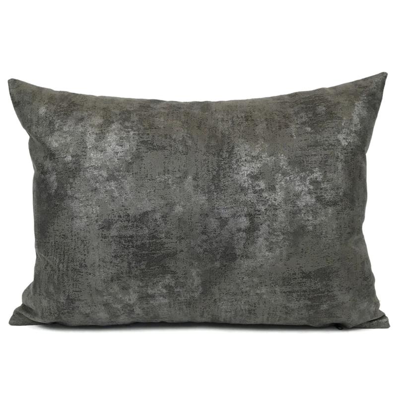 Leatherlook kussen in de kleur donker grijs met zilver ± 50x70cm