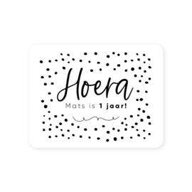 Gepersonaliseerde sticker • Hoera naam is .. jaar! | 70x54