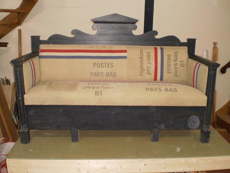 Gestoffeerd met oude postzakken