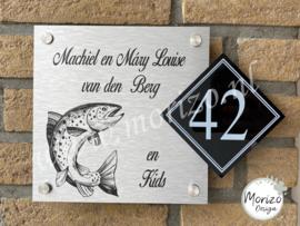 Naambordje met zalm vis