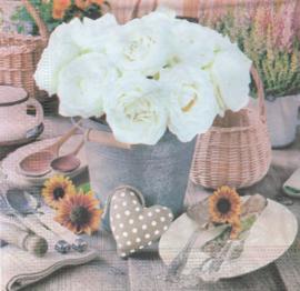 Witte rozen in emmer, servet