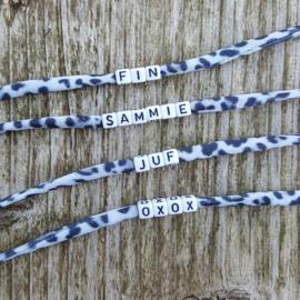 Armbandje - IBIZA - panter grijs - witte of zwarte letterkralen