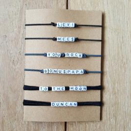 Armbandje - elastisch draad / lint - witte letterkralen