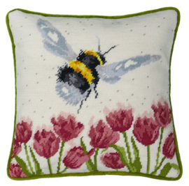 Borduurpakket Hannah Dale Tapestries - Flight Of The Bumble Bee Tapestry - Bothy Threads    bt-thd41
