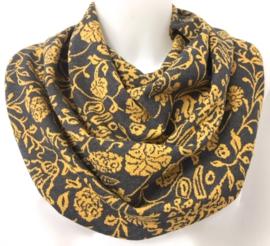 Stenbrunt tørklæde med et okkergult blomsterdesign