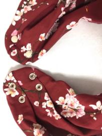 Sort savletørklæde med blomstermotiv