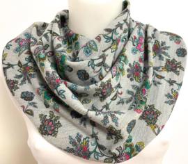 Lysegråt tørklæde med blomstermønster