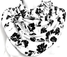 Hvidt tørklæde med sort blomstermotiv