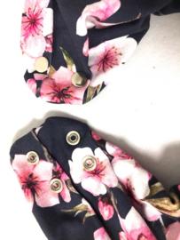 Mørkeblåt tørklæde  med store lyserøde blomster