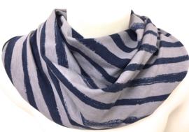 Gråt tørklæde med blå brede striber