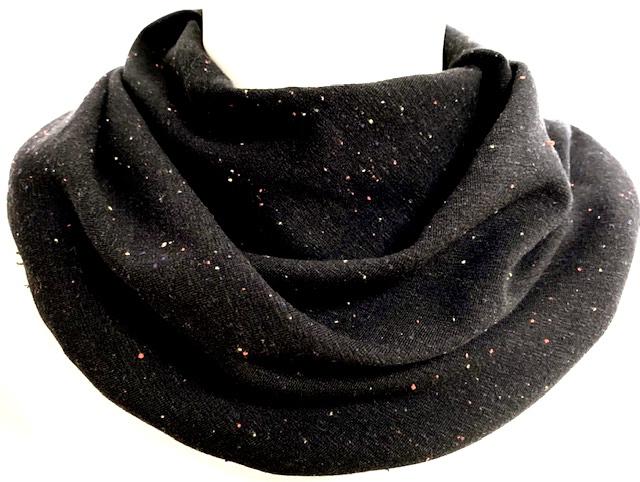 Sort tørklæde med kulørte nister