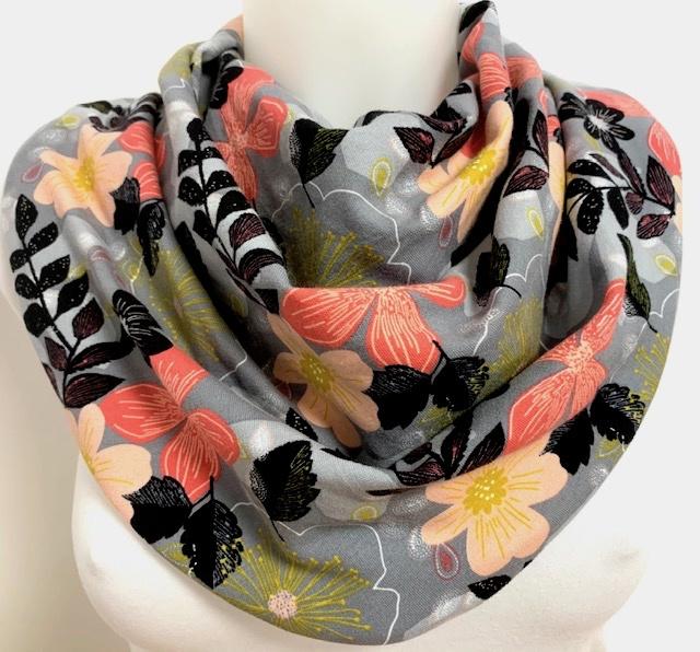 Lysegråt tørklæde i forårsfarver